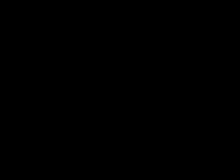 Leere Konservendose mit Stern, die zwischen zwei Zahnräder fällt